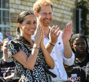 Με vintage ασπρόμαυρο φόρεμα - τελευταία λέξη της μόδας - Η Μέγκαν στην Αφρική με τον Πρίγκιπα Χάρι & τον μικρό Άρτσι (φωτό) - Κυρίως Φωτογραφία - Gallery - Video