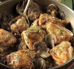 O Άκης Πετρετζίκης μας δείχνει πανεύκολο, ζουμερό κοτόπουλο με μανιτάρια και μαυροδάφνη - Κυρίως Φωτογραφία - Gallery - Video