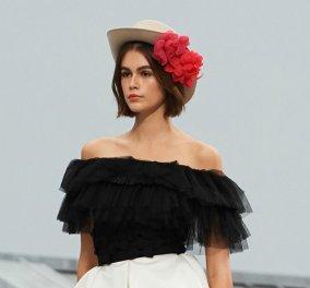 Επίδειξη μόδας της Chanel στις ''Στέγες του Παρισιού'': Το επεισόδιο με την γυναίκα που ανέβηκε στη σκηνή επισκίασε τα πανέμορφα μοντέλα (φωτό & βίντεο) - Κυρίως Φωτογραφία - Gallery - Video