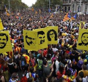 """""""Πεδίο μάχης"""" η Βαρκελώνη: Άγριες συγκρούσεις διαδηλωτών με αστυνομικούς - Η Μαδρίτη καλεί την πολιτοφυλακή (φώτο-βίντεο) - Κυρίως Φωτογραφία - Gallery - Video"""
