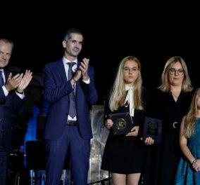 Κώστας Μπακογιάννης: Η συγκινητική στιγμή που αγκαλιάζει την κόρη του δολοφονηθέντα  δημάρχου του Γκντάνσκ, Πάβουελ Αντάμοβιτς (φώτο)  - Κυρίως Φωτογραφία - Gallery - Video