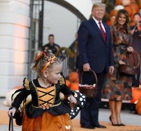 Stylish και ο Λευκός Οίκος με κολοκύθες και η Πρώτη Κυρία Μελάνια που γιορτάζει το Halloween - Ο Τράμπ έδωσε τα γλυκά (φωτό) - Κυρίως Φωτογραφία - Gallery - Video