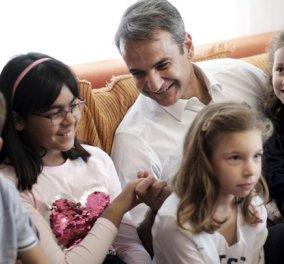 Κυριάκος Μητσοτάκης: Ζεστές αγκαλιές με τα παιδιά στα Χωριά SOS της Θεσσαλονίκης - Κυρίως Φωτογραφία - Gallery - Video