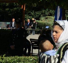 Topwoman η Σταυρούλα! Η νεαρή μαμά που παρέλασε με το μωρό της στα Τρίκαλα μέσα στον μάρσιπο (φωτό) - Κυρίως Φωτογραφία - Gallery - Video