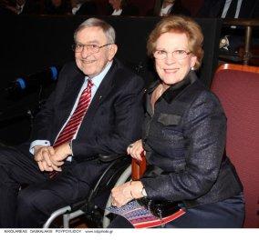 O τέως βασιλιάs Κωνσταντίνος με την ΒασίλισσαΆννα-Μαρίαπήγανστο Μέγαρο - Με αναπηρικό καροτσάκι μετάτην περιπέτειατης υγείαςτου - Κυρίως Φωτογραφία - Gallery - Video