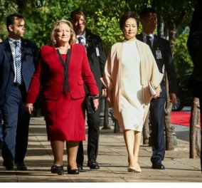 Πενγκ Λιγουάν: Το πράσινο βραχιόλι & τα κόκκινα σκουλαρίκια της εντυπωσιακής συζύγου του Σι Τζίνπινγκ (φώτο)  - Κυρίως Φωτογραφία - Gallery - Video