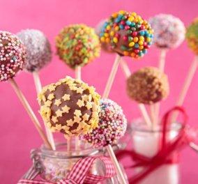 Η Αργυρώ Μπαρμπαρίγου μας δείχνει το ιδανικό κέρασμα που θα λατρέψουν τα παιδιά - Cake pops με σοκολατένια επικάλυψη! - Κυρίως Φωτογραφία - Gallery - Video