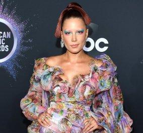 "American Music Awards: Η Halsey εμφανίζεται με extreme μακιγιάζ & floral τουαλέτα & επιβάλλει τους κανόνες της στο ""κόκκινο χαλί"" (φώτο) - Κυρίως Φωτογραφία - Gallery - Video"
