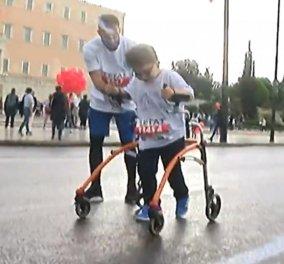 «Φτάσε εκεί που δεν μπορείς»: Ο μικρός Μιχάλης με την τετραπληγία  δίνει μαθήματα ζωής στο Μαραθώνιο (βίντεο) - Κυρίως Φωτογραφία - Gallery - Video