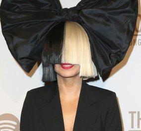 Good News: Η τραγουδίστρια Sia μπήκε ινκόγκνιτο σε σούπερ-μάρκετ & άρχισε να πληρώνει τα ψώνια άλλων (φώτο-βίντεο) - Κυρίως Φωτογραφία - Gallery - Video