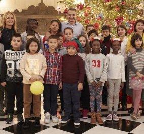 """Ο Κυριάκος & η Μαρέβα στόλισαν το χριστουγεννιάτικο δέντρο στο Μαξίμου - Με παιδιά της """"Κιβωτού"""" (φώτο-βίντεο) - Κυρίως Φωτογραφία - Gallery - Video"""