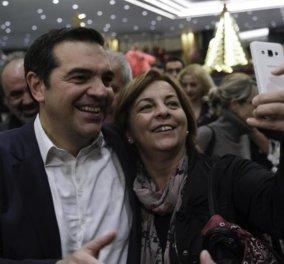 """120 πρώην ΠΑΣΟΚόκοι σε ατελείωτα Selfies με τον Τσίπρα - Ο Αλέξης τους υποδέχθηκε με """"πάρτι"""" στο Caravel (φώτο-βίντεο) - Κυρίως Φωτογραφία - Gallery - Video"""