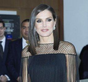 Η βασίλισσα Λετίσια της Ισπανίας φόρεσε το μαύρο cocktail φουστάνι της χρονιάς: Με κρόσσια & διχτυωτή λεπτομέρεια στα χέρια - Κυρίως Φωτογραφία - Gallery - Video