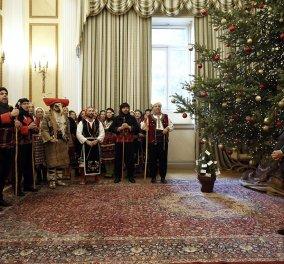 Γιορτινή ατμόσφαιρα: Τα κάλαντα έψαλαν στον Προκόπη Παυλόπουλο σύλλογοι & φορείς από ολόκληρη την Ελλάδα - Φώτο & βίντεο  - Κυρίως Φωτογραφία - Gallery - Video