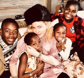 Η Μαντόνα μας δείχνει τα δίδυμα κορίτσια της, Στέλ και Έσθερ: Παίζουν με τα αξεσουάρ της μαμάς & φοράνε τακούνια! - Κυρίως Φωτογραφία - Gallery - Video