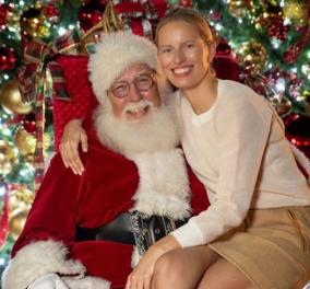 ΗΚαρολίνα Κούρκοβα δεν φωτογραφήθηκε μπροστά στο Χριστουγεννιάτικο δένδρο - Ντύθηκε σαν αυτό! Φώτο - Κυρίως Φωτογραφία - Gallery - Video