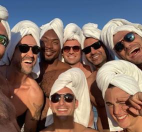 Φωτογραφία ημέρας αυτά τα χαρούμενα αγόρια που μας εύχονται από την παραλία - Don't worry be happy! - Κυρίως Φωτογραφία - Gallery - Video