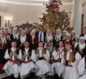 Πρωτοχρονιάτικα κάλαντα στους πολιτικούς αρχηγούς: Οι ευχές του Μητσοτάκη, ο χορός του Τσίπρα & τα χαμόγελα για το νέο έτος  - Κυρίως Φωτογραφία - Gallery - Video