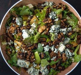 Ο Άκης Πετρετζίκης δημιουργεί: Θαυμάσια χριστουγεννιάτικη πράσινη σαλάτα με αποξηραμένα σύκα & blue cheese - Θα εντυπωσιάσει στο στο γιορτινό τραπέζι - Κυρίως Φωτογραφία - Gallery - Video
