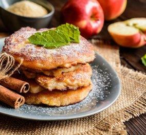 Η Αργυρώ Μπαρμπαρίγου μας δείχνει πως να φτιάξουμε απίθανες τηγανίτες με μήλο & βουτυρωμένο μέλι   - Κυρίως Φωτογραφία - Gallery - Video