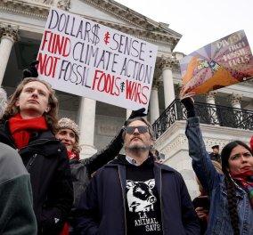 """Χοακίν Φίνιξ - Τζέιν Φόντα: Ο """"Τζόκερ"""" συνελήφθη έξω από το Καπιτώλιο μαζί με την """"Μπαρμπαρέλα"""" -Διαδήλωναν για την κλιματική αλλαγή (φώτο-βίντεο) - Κυρίως Φωτογραφία - Gallery - Video"""