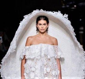 Νυφικά με ακριβά υφάσματα & μοντέρνο σχεδιασμό: Τα 11 καλύτερα που παρουσιάστηκαν στην εβδομάδα μόδας Haute Couture - Φώτο - Κυρίως Φωτογραφία - Gallery - Video
