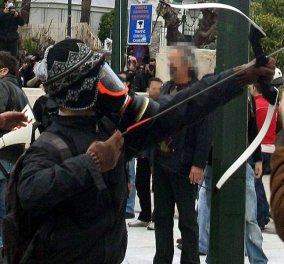 Συνελήφθη ο «τοξοβόλος του Συντάγματος» - Κατασχέθηκαν καλάσνικοφ, ούζι και πιστόλια - Κυρίως Φωτογραφία - Gallery - Video