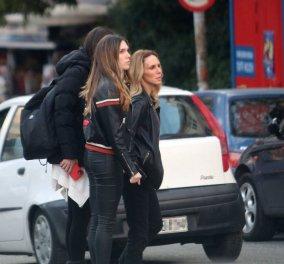 Η Εβελίνα Παπούλια με την κόρη της Αφροδίτη Λιάντου σε καθημερινή βόλτα με casual ντύσιμο στο Κολωνάκι - Φώτο - Κυρίως Φωτογραφία - Gallery - Video