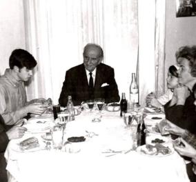 Vintage pic -  Πρωτοχρονιά 1966: Ο Νίκος Παπανδρέου με 3 Πρωθυπουργούς: Γεώργιο, Ανδρέα, Γιώργο - Σουβλάκια στο ρεβεγιόν - Κυρίως Φωτογραφία - Gallery - Video