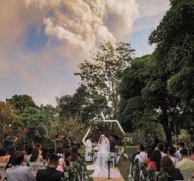 Γάμος με στάχτες: Το ζευγάρι παντρεύτηκε με φόντο την έκρηξη του ηφαιστείου - Φώτο & Βίντεο  - Κυρίως Φωτογραφία - Gallery - Video