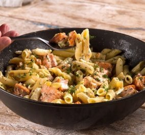 Ο Άκης Πετρετζίκης προτείνει ένα τέλειο πιάτο: Ιδιαίτερη γεύση οι πένες με βότκα & σολομό (βίντεο) - Κυρίως Φωτογραφία - Gallery - Video