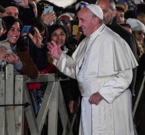 Απίστευτο βίντεο: Η στιγμή που ο Πάπας Φραγκίσκος χτυπάειοργισμένοςτο χέριγυναίκαςπου τον τραβούσε να τον χαιρετήσει - Κυρίως Φωτογραφία - Gallery - Video
