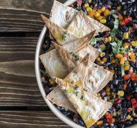 Ο Άκης Πετρετζίκης δημιουργεί: Μεξικάνικη υγιεινή σαλάτα με μαύρα φασόλια, πιπεριές & καλαμπόκι - Κυρίως Φωτογραφία - Gallery - Video