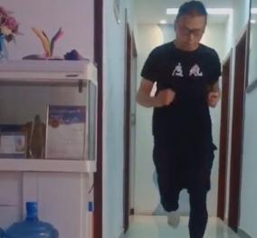 Ο υπέρ – ήρωας του... Κορωνοϊού: Έτρεξε 50 χλμ μέσα στο σαλόνι του σπιτιού του (βίντεο) - Κυρίως Φωτογραφία - Gallery - Video