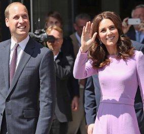 Kate Middleton: Με σικάτο μπλε ταγιέρ παρέα με τα πεθερικά της - Το κυπαρισσί παλτό της Καμίλα (φωτό) - Κυρίως Φωτογραφία - Gallery - Video