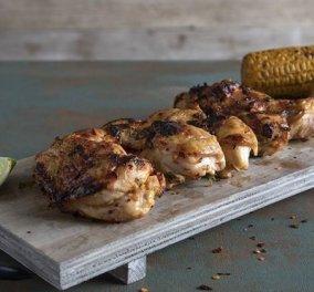 Άκης Πετρετζίκης: Για τους λάτρεις του καυτερού ετοιμάζει κοτόπουλο φιλέτο ψητό με τσίλι και λάιμ - Κυρίως Φωτογραφία - Gallery - Video