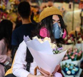 Άγιος Βαλεντίνος με ψεκαστικό απολυμαντικό στην Κίνα: Προσφέρουν λουλούδια, φοράνε μάσκες & δεν φιλιούνται (φωτό) - Κυρίως Φωτογραφία - Gallery - Video
