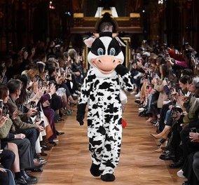 Stella McCartney: Ζώα & καρτούν στην πασαρέλα - Αγελάδες & κουνελάκια έκλεψαν την παράσταση στην επίδειξή της (φωτό- βίντεο) - Κυρίως Φωτογραφία - Gallery - Video