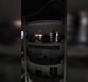 Σε πίστα λαϊκών τραγουδιστών μετέτρεψαν τις βεράντες τους στην Ξάνθη - Τήρησαν στο ακέραιο όμως το μένουμε σπίτι (Βίντεο)  - Κυρίως Φωτογραφία - Gallery - Video