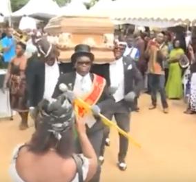 Black χιούμορ: Οι νεκροθάφτες - χορευτές στην Γκάνα είναι το πιο trendy viral του lockdown (βίντεο) - Κυρίως Φωτογραφία - Gallery - Video