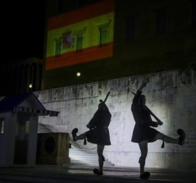 Η ελληνική συμπαράσταση στην Ισπανία: Φωταγωγήθηκε με τα χρώματα της ισπανικής σημαίας η Βουλή των Ελλήνων  - Κυρίως Φωτογραφία - Gallery - Video