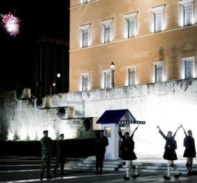 Φωτορεπορτάζ από την Ανάσταση στην Αθήνα: Πυροτεχνήματα στον ουρανό απ' όλες τις γειτονιές – Χριστός Ανέστη στις βεράντες  - Κυρίως Φωτογραφία - Gallery - Video