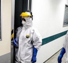 """Βοήθεια στο σπίτι: Ο γιατρός Εδουάρδος ντυμένος """"αστροναύτης"""" φροντίζει την 83χρονη κατάκοιτη κ. Ιωάννα - Τα μέτρα προστασίας  - Κυρίως Φωτογραφία - Gallery - Video"""
