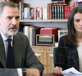 Η Βασίλισσα της Ισπανίας Λετίσια με πολύ αυστηρό office look συγκυβερνά με τον βασιλιά Φίλιππο όλες τις ημέρες του κορωνοϊού - Τα videocalls (φωτό) - Κυρίως Φωτογραφία - Gallery - Video