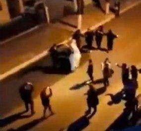 Σέρρες: Έστησαν γαμήλιο γλέντι στη μέση του δρόμου – Δύο αδέρφισα ντύθηκαν νύφη & γαμπρός για πλάκα  - Κυρίως Φωτογραφία - Gallery - Video
