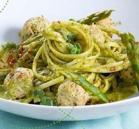 Υπέροχη & πρωτότυπη συνταγή από την Ντίνα Νικολάου: Σπαγγέτι με κεφτεδάκια κοτόπουλου, πέστο μαϊντανού & σπαράγγια - Κυρίως Φωτογραφία - Gallery - Video
