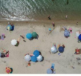 Έτοιμες οι οργανωμένες παραλίες για να υποδεxθούν τους κολυμβητές – O καύσωνας στέλνει όλους στην πλαζ (Φωτό) - Κυρίως Φωτογραφία - Gallery - Video