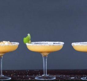 Ο Άκης Πετρετζίκης μας δείχνει πως να φτιάξουμε το απόλυτο καλοκαιρινό cocktail  - Μαργαρίτα με λωτό! - Κυρίως Φωτογραφία - Gallery - Video