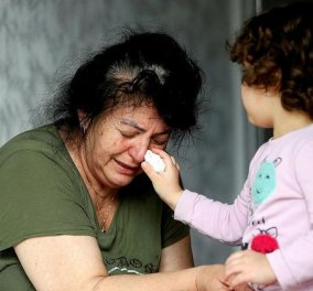 Φωτογραφία που προκαλεί παγκόσμια συγκίνηση: Η 3χρονη εγγονή σκουπίζει τα δάκρυα της μάνας που έχασε την κόρη της από τον κορωνοϊό - Κυρίως Φωτογραφία - Gallery - Video