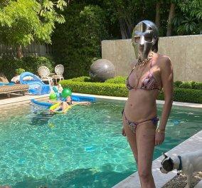 H Sharon Stone με πολύ αποκαλυπτικό μπικίνι στα 62 της κάνει ηλιοθεραπεία & παίζει με το σκύλο της (Φωτό) - Κυρίως Φωτογραφία - Gallery - Video
